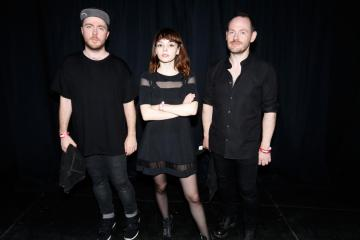 "Chvrches y Marshmello interpretan ""Here With Me"" en el show de Jimmy Kimmel. Cusica Plus."