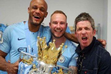 "Noel Gallagher le cantó ""Wonderwall"" al Manchester City, por ganar la Premier League. Cusica Plus."