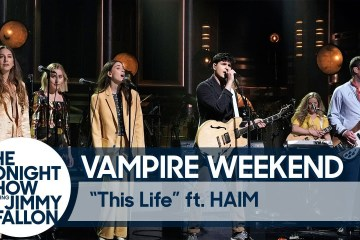 "Vampire Weekend llegó al show de Jimmy Fallon para cantar ""This Life"" y ""Jerusalem, New York, Berlin"". Cusica Plus."