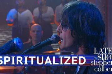 "Spiritualized se presentó en el Late Show de Stephen Colbert para cantar ""I'm Your Man"". Cusica Plus."