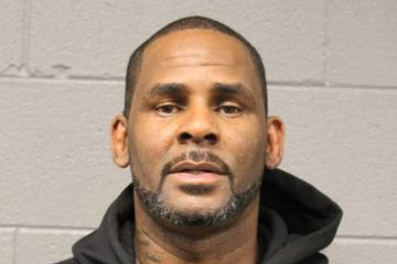 R. Kelly es arrestado en Chicago por 13 nuevos cargos federales por delito sexual. Cusica Plus.