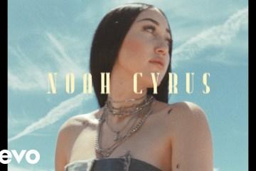 Noah Cyrus apuesta por los mismos sonidos que su hermana Miley en el tema 'July'. Cusica Plus.