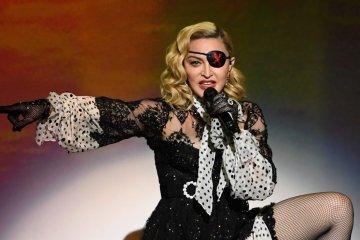 Fanáticos demandan a Madonna, por comenzar concierto dos horas más tarde. Cusica Plus.