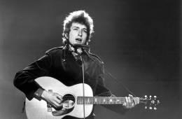 Bob Dylan es el primer músico en tener un álbum Top 40 en cada década desde los años 60's. Cusica Plus.
