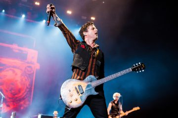 Billie Joe Armstrong de Green Day, realiza cover del tema protesta de John Lennon. Cusica Plus.