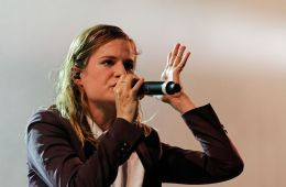 Christine & the Queens realizó cover de 'Blinding Lights' de The Weeknd. Cusica Plus.