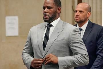 Personas cercanas a R. Kelly, son detenidos por intimidar y amenazar a las presuntas víctimas. Cusica Plus.