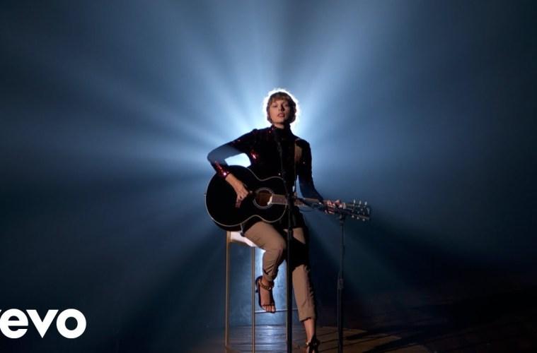 Ve a Taylor Swift cantar por primera vez en vivo, su tema 'Betty'. Cusica Plus.