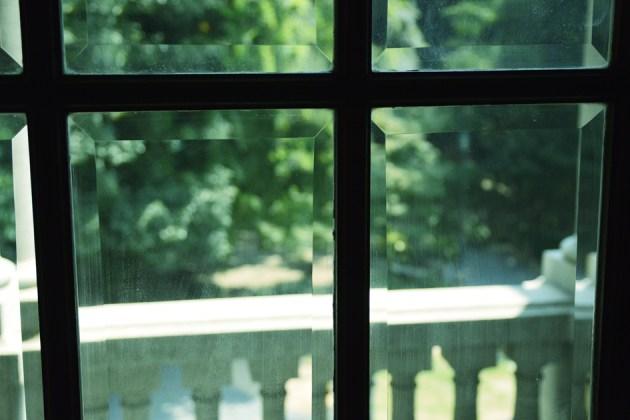 ガラスの向こうに この洋館の家人もこうやって窓の外を見ていたのかな?