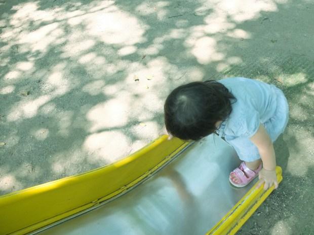 夏の終わり こもれびと遊ぶ少女 左上の木漏れ日がポイント
