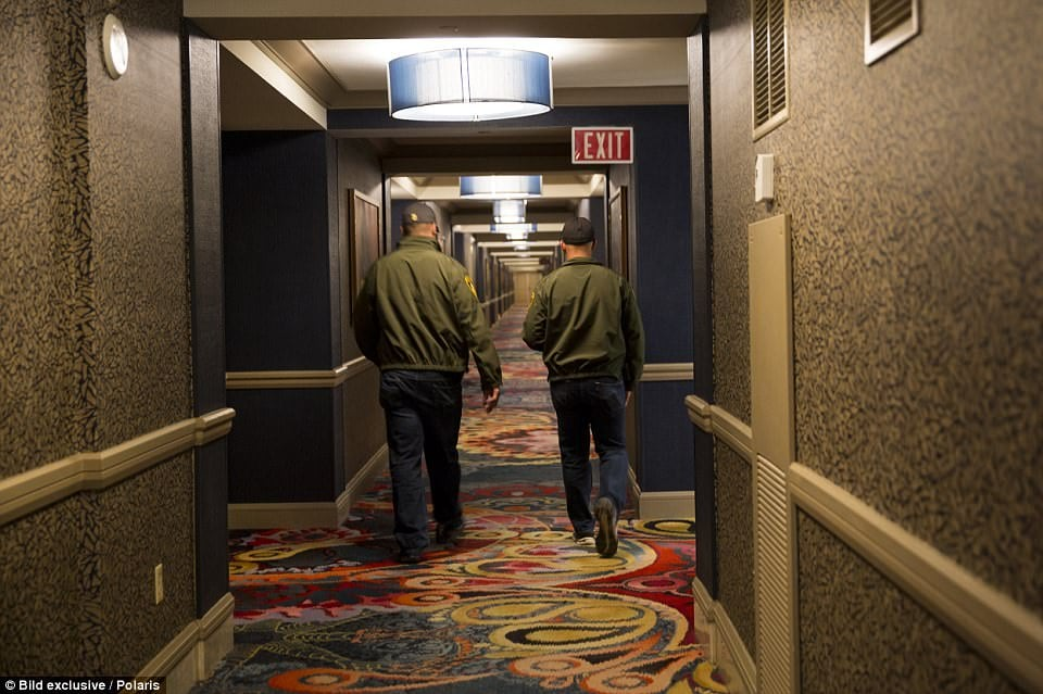 44FFC62000000578-4944234-Two_investigators_walk_down_the_hallway_away_from_the_scene-a-27_1507052779822