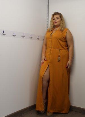 Φόρεμα σεμιζιέ αμάνικο ώχρα με σκίσιμο στο πλάι και ζωνάκι