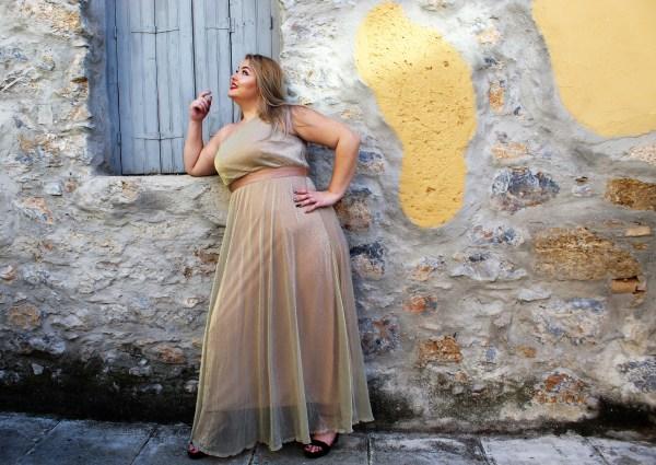 Φόρεμα μεγάλα μεγέθη maxi ιριδίζον μπεζ με έξω ώμο και λάστιχο