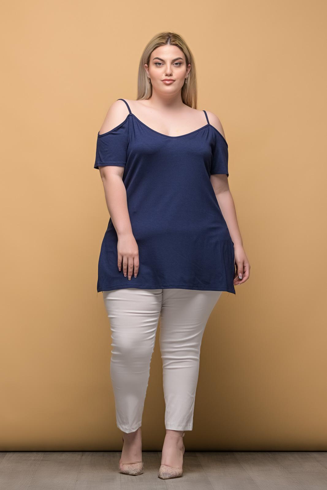 Μπλούζα μεγάλα μεγέθη μπλε με τιράντες και άνοιγμα στο πλάι.Στο eshop μας θα βρείτε οικονομικά γυναίκεια ρούχα σε μεγάλα μεγέθη και υπερμεγέθη.