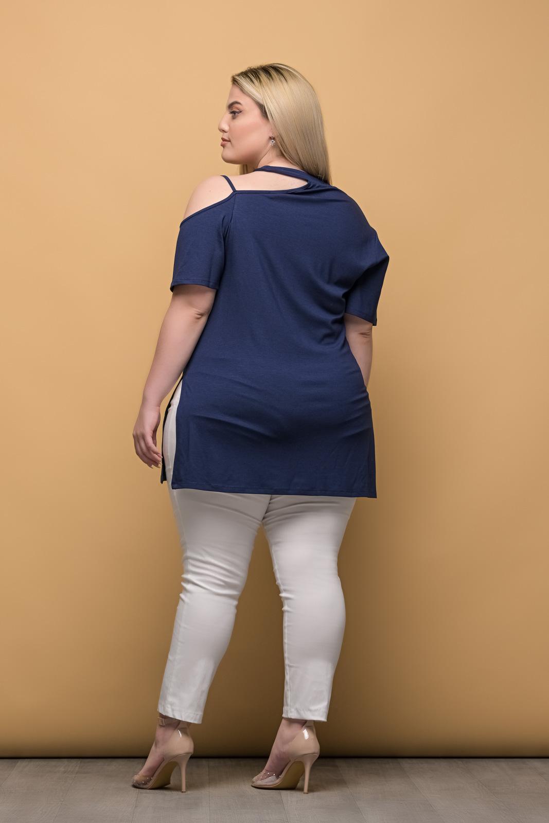 Μπλούζα μεγάλα μεγέθη με έξω ώμο μπλε και ανοίγματα στο πλάι .Στο eshop μας θα βρείτε οικονομικά γυναίκεια ρούχα σε μεγάλα μεγέθη και υπερμεγέθη.