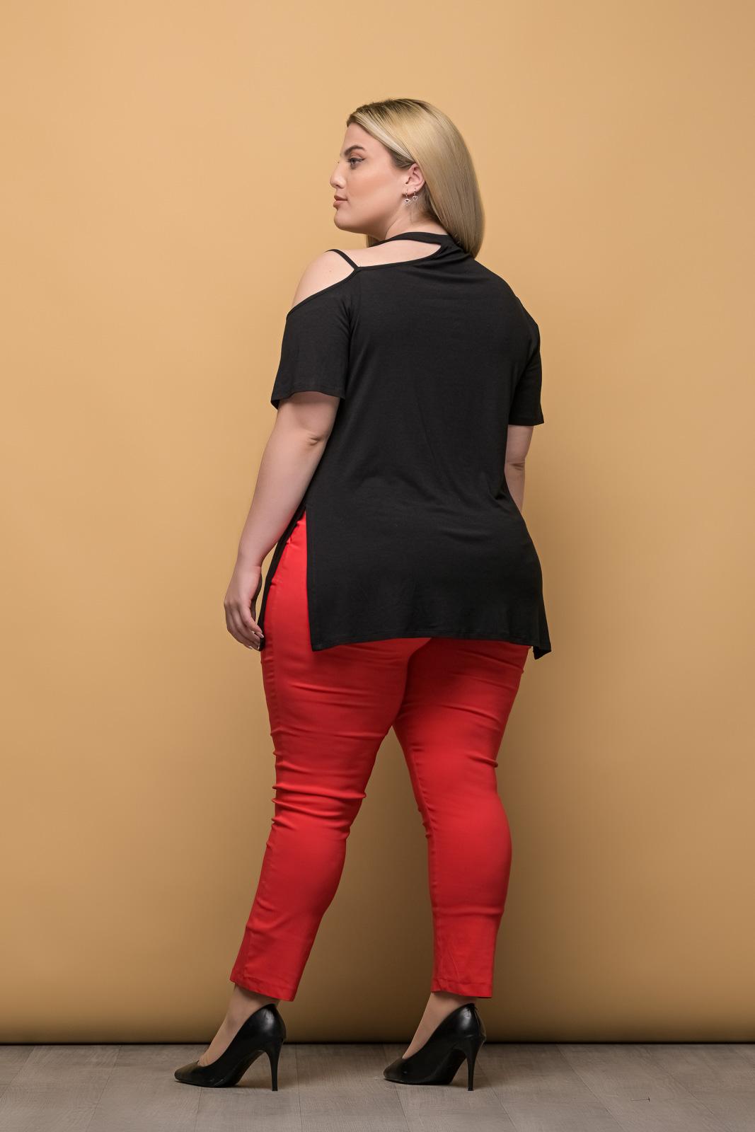 Μπλούζα μεγάλα μεγέθη με έξω ώμο μαύρο και ανοίγματα στο πλάι .Στο eshop μας θα βρείτε οικονομικά γυναίκεια ρούχα σε μεγάλα μεγέθη και υπερμεγέθη.