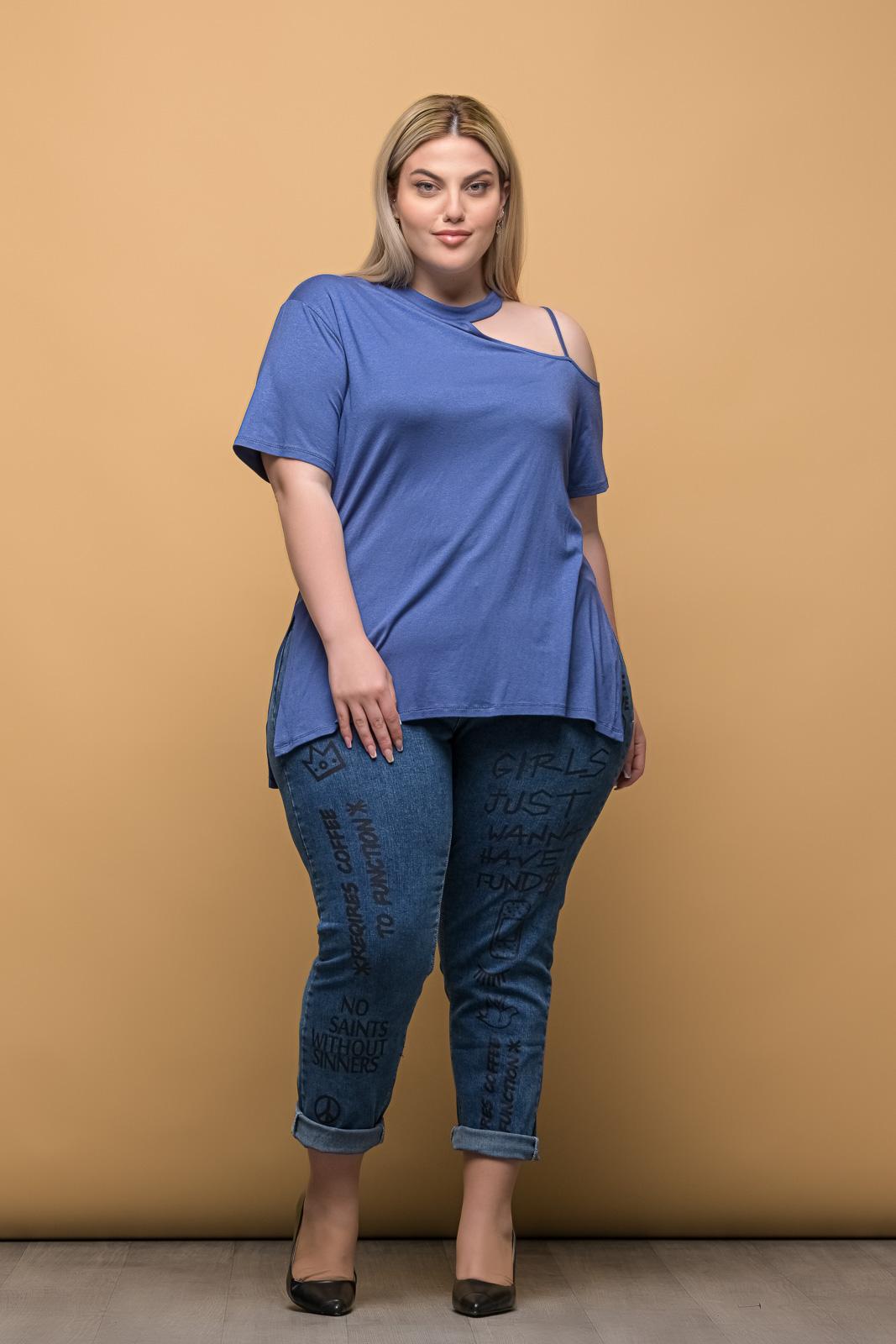 Μπλούζα μεγάλα μεγέθη με έξω ώμο ραφ και ανοίγματα στο πλάι .Στο eshop μας θα βρείτε οικονομικά γυναίκεια ρούχα σε μεγάλα μεγέθη και υπερμεγέθη.