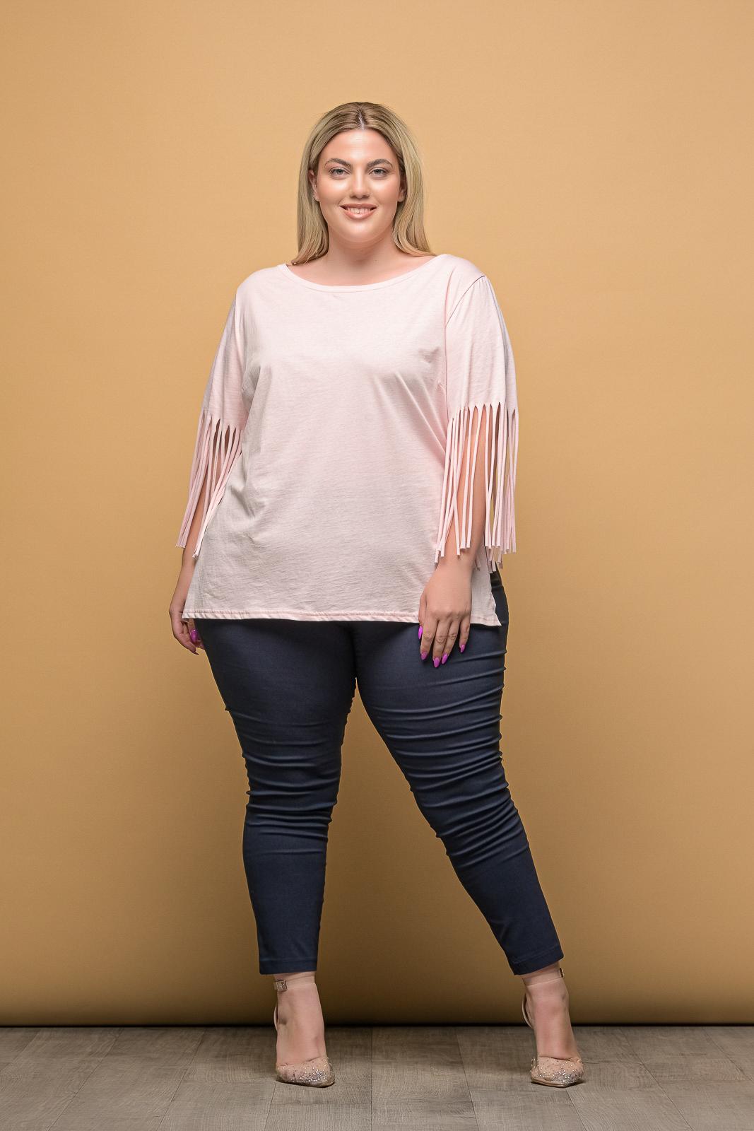 Μπλούζα μεγάλα μεγέθη μακό ροζ με κρόσια στα μανίκια και ανοιγμα στο. Στο eshop μας θα βρείτε οικονομικά γυναίκεια ρούχα σε μεγάλα μεγέθη και υπερμεγέθη.