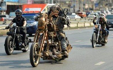 Хищник Мукдахана: поклонник умопомрачительного кинофильма ездит по дорогам Таиланда на кастомных байках в близком к реальности костюмчике Хищника (8 фото + видео)
