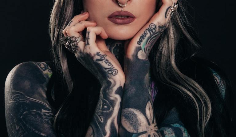tetovaná holka