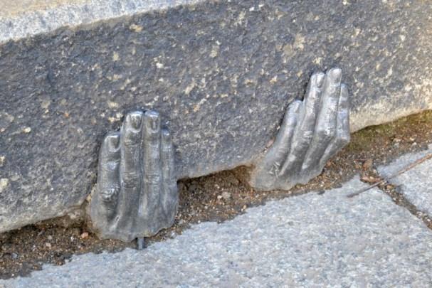 kovové ruce v Plzni