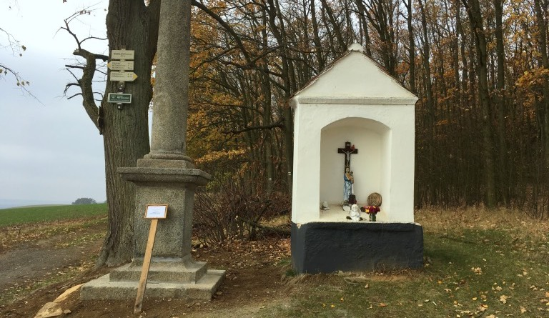 Sloup se sousoším Nejsvětější Trojice a výklenková kaple nad Nebílovy
