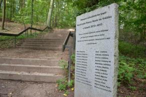 Pomník postavený v roce 2013 k příležitosti obnovy schodiště