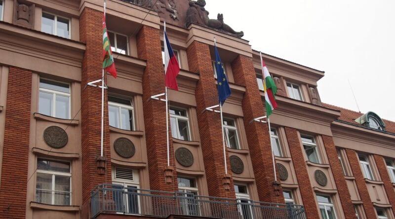 kurdská vlajka na úřadu