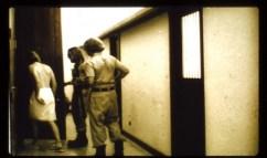 Dorozci vedou vězně na samotku