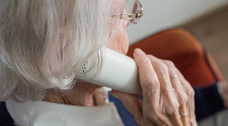seniorka telefonuje