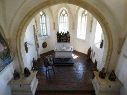 Pohled na kapli zezhora a čtyři sošky biskupů