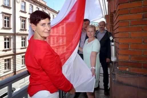 Běloruská vlajka na úřadu Plzeňského kraje