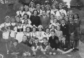 Manželé Jíchovi s žáky v roce 1945. Zdroj: Květuše Ernestová, ZUŠ Hořovice