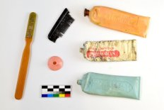 Osobní předměty vězňů nalezené při výzkumu v táborech Nikolaj a Eliáš II