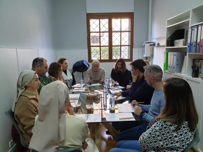 reunión alrededor de la mesa