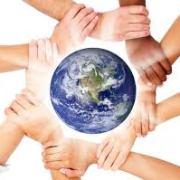 地球を沢山の手をつないで囲んでいる写真