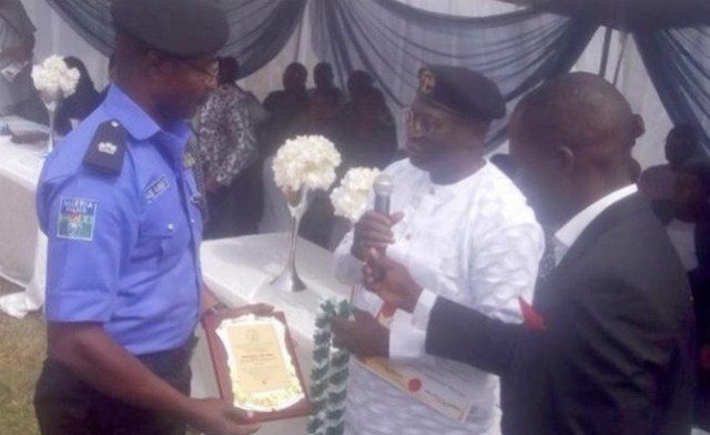 Oyo State JUSUN Chairman, Comrade Kayode Martins (right) assisting the Oyo State Chief Judge, Justice Muktar Abimbola to present an award of excellence to PPRO Oyo State, Adekunle Ajisebutu