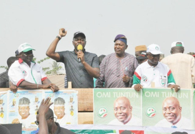 Oyo State PDP gubernatorial candidate, Engr Seyi Makinde (second left), State party chairman, Alhaji Kunmi Mustapha and his running mate, Engr Remi Olaniyan when they stopped over to campaign at Ajawa in Ogo-Oluwa local government