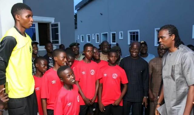 Kanu Nwankwo, right, with youthful players of Ilaji Academy...