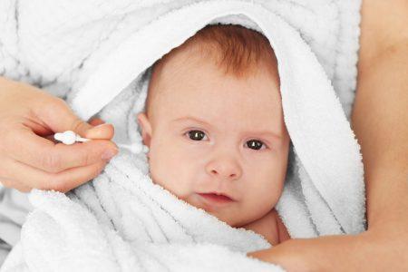 Как правильно чистить уши новорожденному