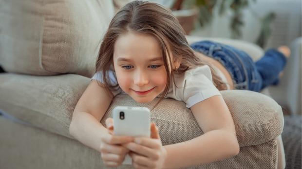 आजकालको बच्चालाई आमा भन्दा पनि मोबाइल फोन प्यारो