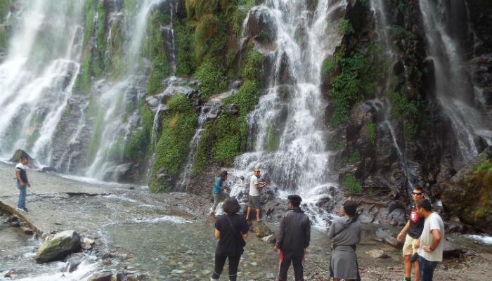 बहुबली झरनामा पर्यटक