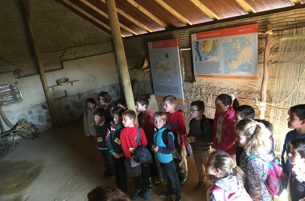 El CEIP Virgen del Carmen del Rompido,  visita con sus jóvenes alumnos de 1º y 2º de primaria El Poblado Tartésico de Gibraleón