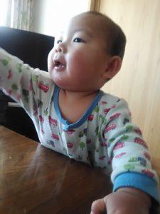手を伸ばしている赤ちゃん