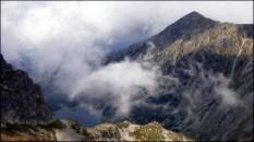 Orla Perć - spojrzenie w dół z okolic Małego Koziego Wierchu - widoczne Czarny Staw Gąsienicowy i Żółta Turnia - 12 sierpnia 2013
