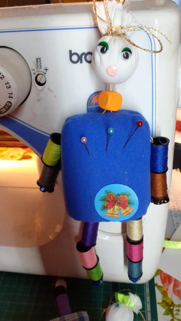Клоун - игольница в синем костюме.