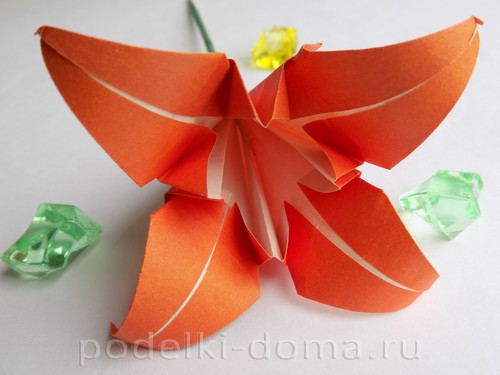 Origami paper lily 01.