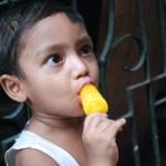 アイスを食べる男の子