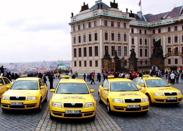 Mobil kuning untuk bekerja di taksi Moskow dan mendapatkan lisensi