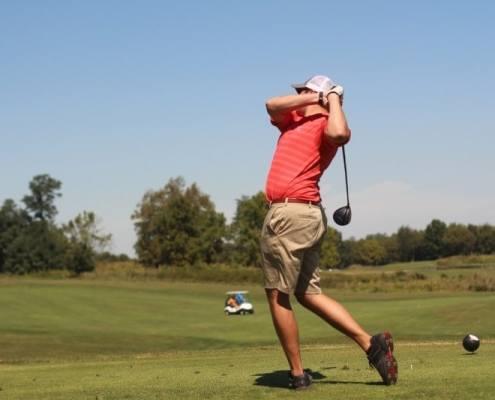 sport golfeur en transfert d'appui en fin de swing